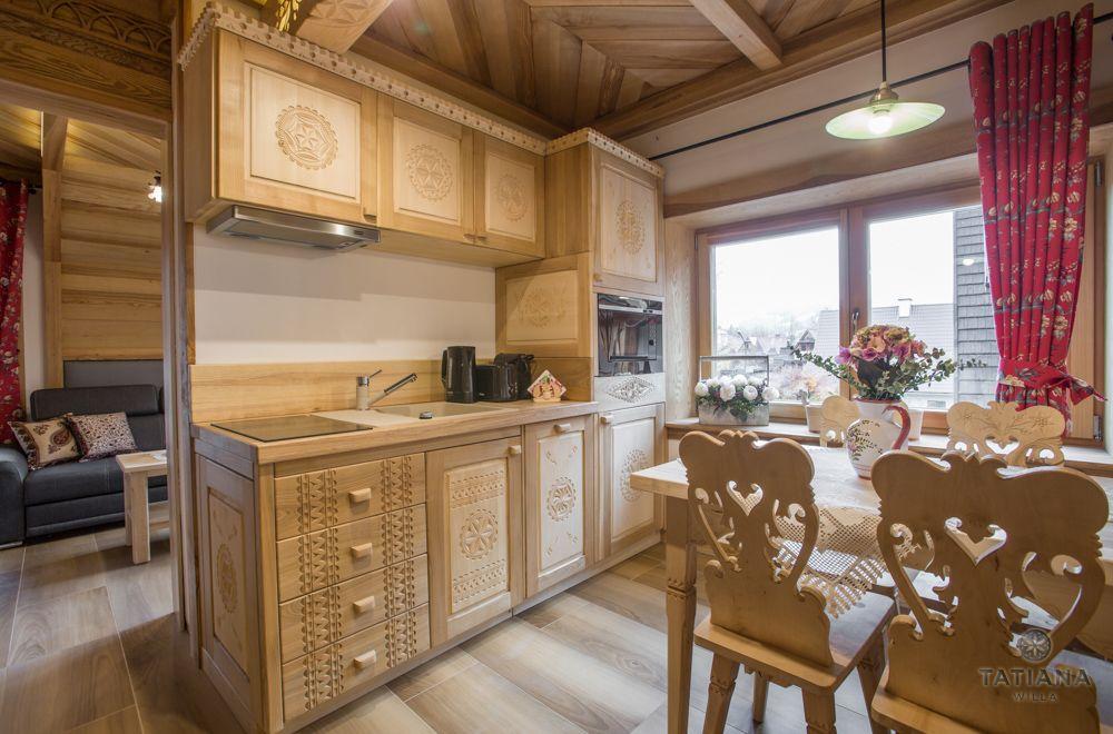 Apartament Tatrzański Willa Tatiana folk drewniany rzeźbiony aneks kuchenny