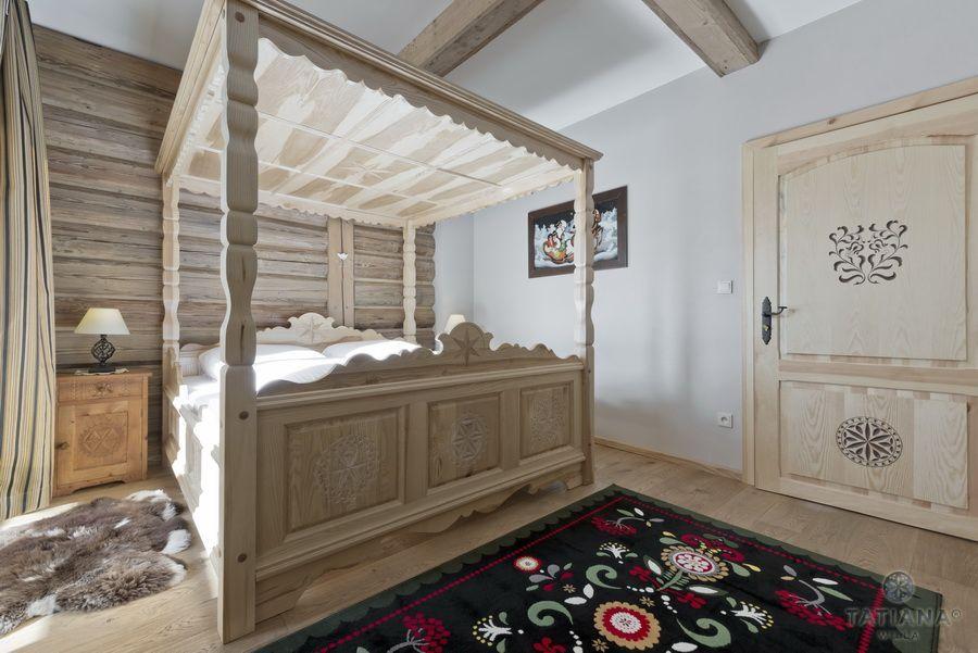 Apartament 14 Willa Tatiana II Zakopane drewniane rzeźbione łóźko